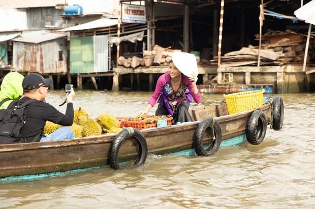 Võ Hoàng Yến mặc áo bà ba, rao bán trái cây giữa chợ nổi Cái Răng - Ảnh 4.