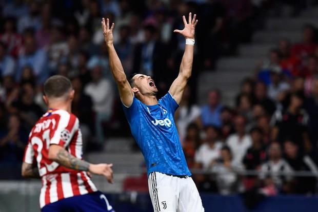 Ronaldo khó chịu ra mặt, phẫn nộ đến mức phải hét lên khi thấy đồng đội tham dứt điểm không chịu chuyền bóng - Ảnh 1.