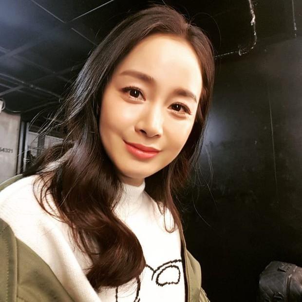 Kim Tae Hee chăm da cực cầu kỳ, bảo sao đã U40 mà vẫn đẹp như nữ thần khiến Rain mê tít - Ảnh 1.