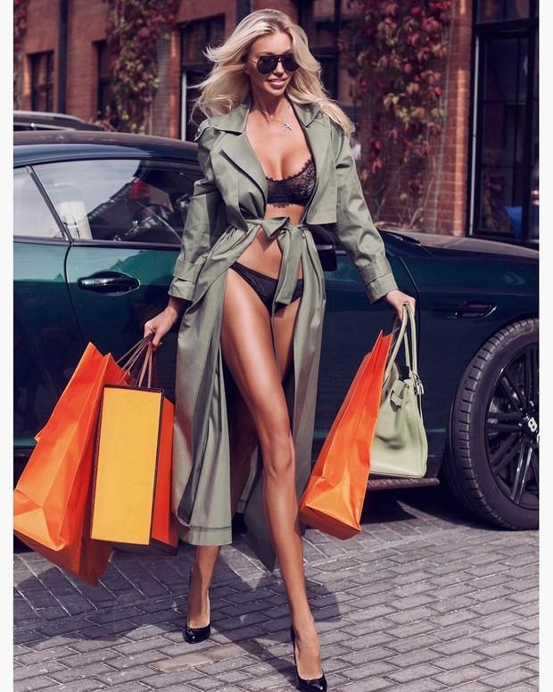 Ảnh diện nội y ỡm ờ của Ngọc Trinh bị nghi cosplay người mẫu Nga: giống từ cách lên đồ, dáng pose cho đến cả túi shopping - Ảnh 2.