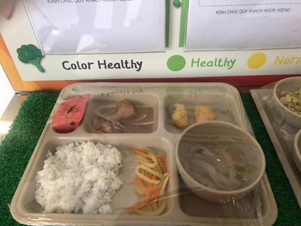 Đóng gần 150.000 đồng/ngày tiền ăn bán trú tại trường quốc tế, phụ huynh ngỡ ngàng khi nhìn suất ăn của con - Ảnh 1.