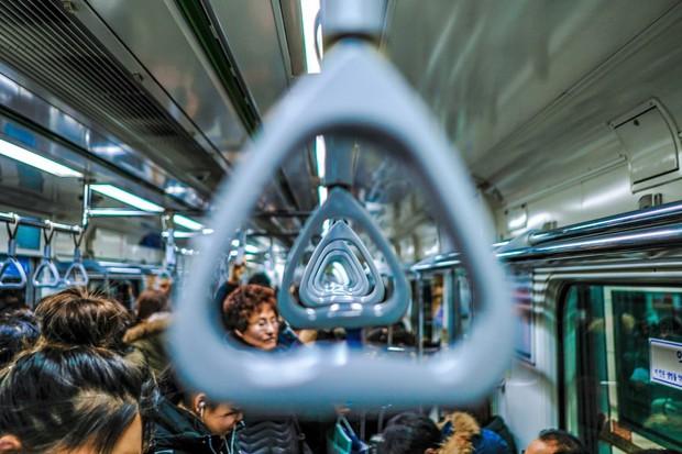 4 điều mà khách du lịch nào cũng cần phải thuộc nằm lòng khi bước lên tàu điện ngầm ở Hàn Quốc - Ảnh 4.