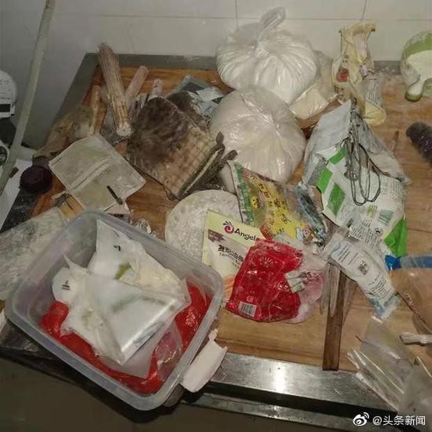 Trường học gây phẫn nộ vì đem nguyên liệu mốc nấu cho giáo viên ăn, đột nhập vào bếp còn phát hiện sự thật kinh khủng hơn - Ảnh 3.