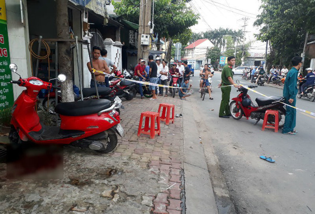 Đang chạy xe máy trên đường, cô gái bất ngờ bị nam thanh niên cầm dao đâm liên tiếp, gục bên vũng máu - Ảnh 1.