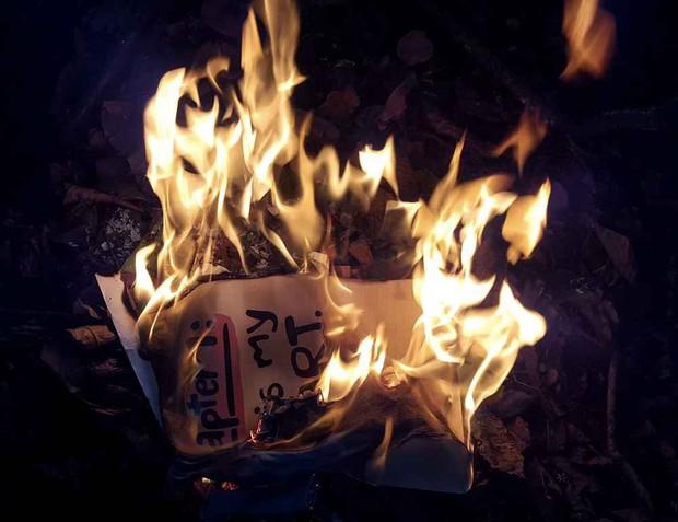 Nỗi buồn nhân đôi, tuyệt vọng xiên bốn: Em gái yếu đuối hóa vàng đống kỷ niệm tình cũ, ai dè nhỡ tay đốt cháy luôn cả nhà - Ảnh 1.