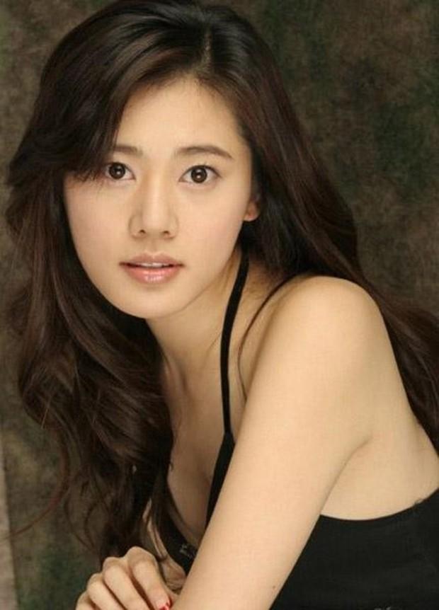Mỹ nhân Hàn Choo Ja Hyun: Bị mẹ ruột rủa chết, chao đảo vì 50 tấm ảnh nóng, kết cục viên mãn bất ngờ bên chồng xứ Trung - Ảnh 2.