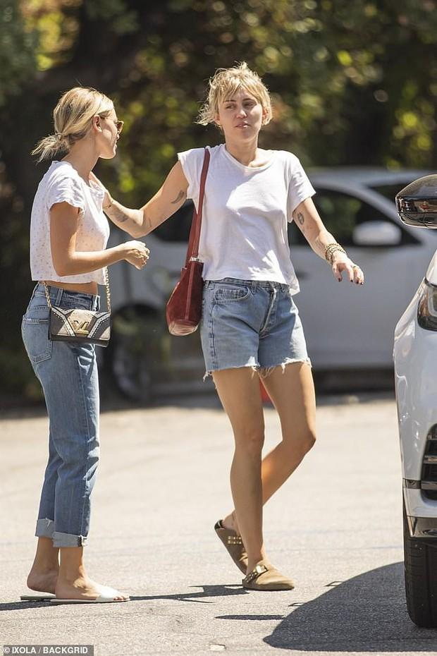 Bắt gặp Miley Cyrus và bạn gái tin đồn diện đồ đôi tung tăng dạo phố, mặt mộc của cả hai gây chú ý lớn - Ảnh 4.