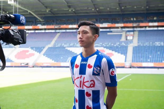 Đoàn Văn Hậu tự tin nở nụ cười rạng rỡ trong ngày ra mắt đội bóng Hà Lan SC Heerenveen - Ảnh 4.