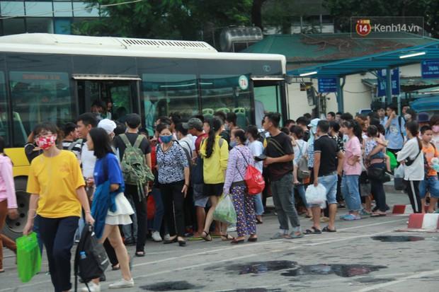 Kết thúc 3 ngày nghỉ lễ 2/9: Các bến xe ở Hà Nội quá tải, cửa ngõ TP.HCM kẹt cứng hàng ngàn phương tiện - Ảnh 15.