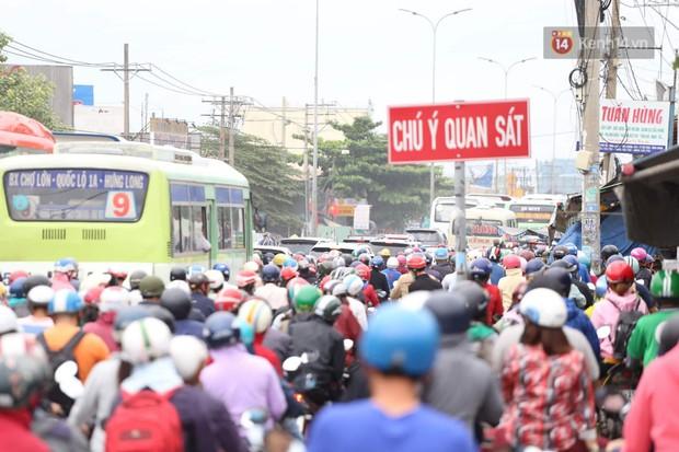 Kết thúc 3 ngày nghỉ lễ 2/9: Các bến xe ở Hà Nội quá tải, cửa ngõ TP.HCM kẹt cứng hàng ngàn phương tiện - Ảnh 30.