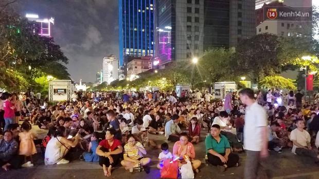 Không khí hân hoan cả nước tối ngày 2/9: Người dân Hà Nội và Sài Gòn ùa ra đường vui chơi, khu trung tâm kẹt cứng - Ảnh 1.