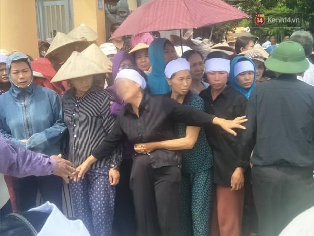 Xót xa cảnh người thân khóc ngất tiễn đưa các nạn nhân trong vụ thảm sát về nơi an nghỉ cuối cùng - Ảnh 7.