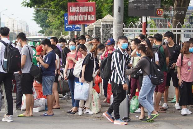 Kết thúc 3 ngày nghỉ lễ 2/9: Các bến xe ở Hà Nội quá tải, cửa ngõ TP.HCM kẹt cứng hàng ngàn phương tiện - Ảnh 9.