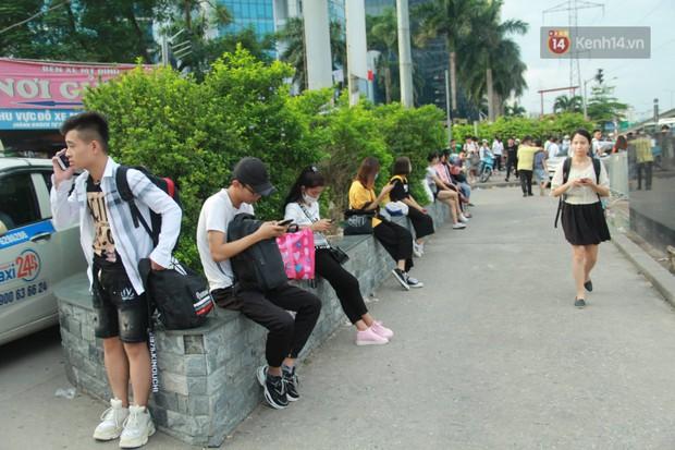 Kết thúc 3 ngày nghỉ lễ 2/9: Các bến xe ở Hà Nội quá tải, cửa ngõ TP.HCM kẹt cứng hàng ngàn phương tiện - Ảnh 8.