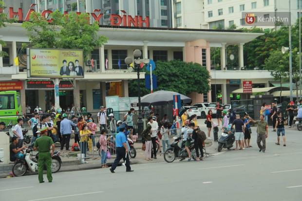 Kết thúc 3 ngày nghỉ lễ 2/9: Các bến xe ở Hà Nội quá tải, cửa ngõ TP.HCM kẹt cứng hàng ngàn phương tiện - Ảnh 1.