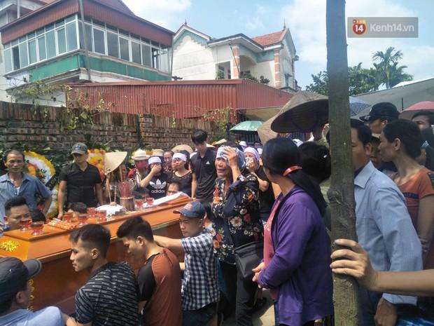 Xót xa cảnh người thân khóc ngất tiễn đưa các nạn nhân trong vụ thảm sát về nơi an nghỉ cuối cùng - Ảnh 5.