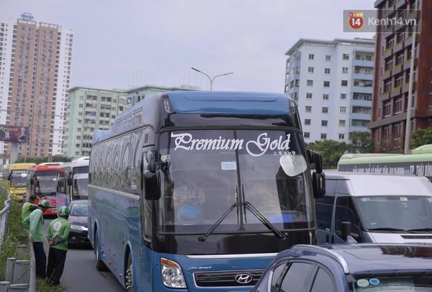 Kết thúc 3 ngày nghỉ lễ 2/9: Các bến xe ở Hà Nội quá tải, cửa ngõ TP.HCM kẹt cứng hàng ngàn phương tiện - Ảnh 27.