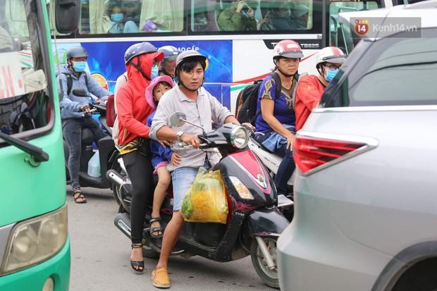 Kết thúc 3 ngày nghỉ lễ 2/9: Các bến xe ở Hà Nội quá tải, cửa ngõ TP.HCM kẹt cứng hàng ngàn phương tiện - Ảnh 32.