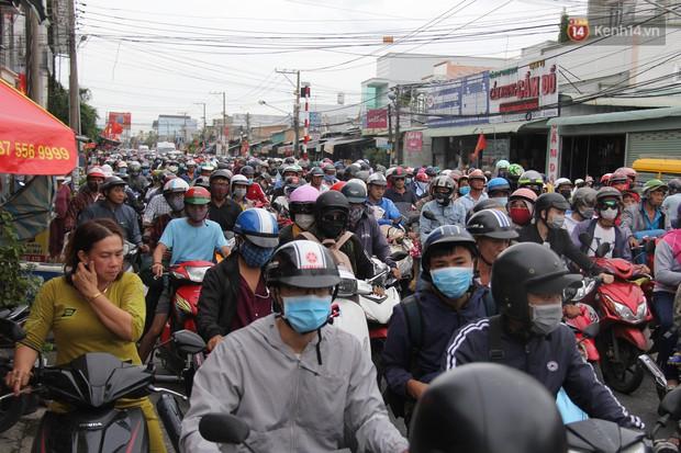 Kết thúc 3 ngày nghỉ lễ 2/9: Các bến xe ở Hà Nội quá tải, cửa ngõ TP.HCM kẹt cứng hàng ngàn phương tiện - Ảnh 37.