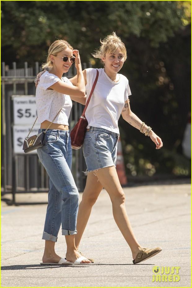 Bắt gặp Miley Cyrus và bạn gái tin đồn diện đồ đôi tung tăng dạo phố, mặt mộc của cả hai gây chú ý lớn - Ảnh 1.