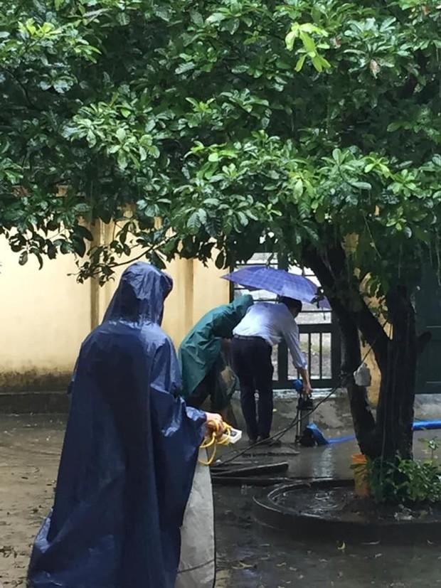 Dầm mưa thông cống thoát nước ai ngờ bị nước bắn tung tóe, học trò không biết thương thầy thì thôi còn thi nhau thả haha - Ảnh 1.