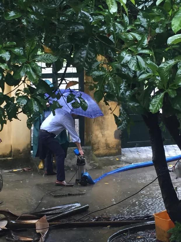 Dầm mưa thông cống thoát nước ai ngờ bị nước bắn tung tóe, học trò không biết thương thầy thì thôi còn thi nhau thả haha - Ảnh 2.