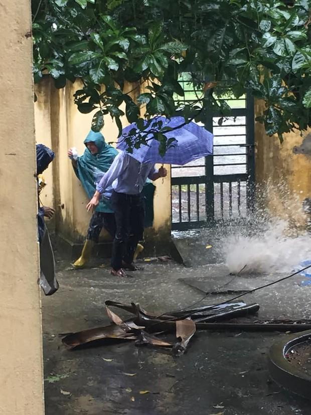 Dầm mưa thông cống thoát nước ai ngờ bị nước bắn tung tóe, học trò không biết thương thầy thì thôi còn thi nhau thả haha - Ảnh 3.