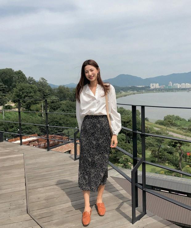 Quá xinh nên chẳng thể làm ngơ: 12 ý tưởng diện áo sơ mi/blouse + chân váy giúp nàng công sở tỏa sáng hơn cả nắng thu - Ảnh 2.