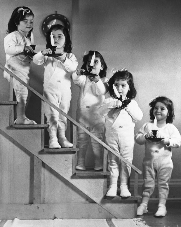 Đời bi kịch của 5 chị em sinh 5 đầu tiên trên thế giới: Bị cha mẹ ruột lợi dụng để kiếm chác, chịu thương tổn thể chất lẫn tinh thần - Ảnh 3.