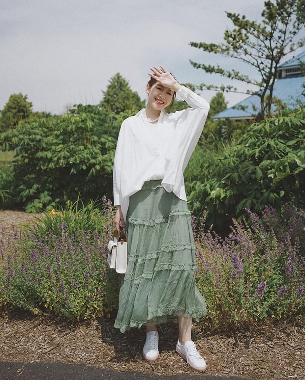 Quá xinh nên chẳng thể làm ngơ: 12 ý tưởng diện áo sơ mi/blouse + chân váy giúp nàng công sở tỏa sáng hơn cả nắng thu - Ảnh 10.