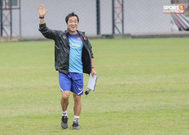 HLV Park Hang-seo và trợ lý Lee Young-jin đứng hình khi gặp sĩ quan Thái Lan, sung sướng vỡ oà khi nhận ra đó là đồng đội cũ - Ảnh 7.