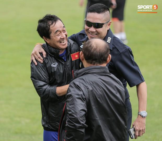 HLV Park Hang-seo và trợ lý Lee Young-jin đứng hình khi gặp sĩ quan Thái Lan, sung sướng vỡ oà khi nhận ra đó là đồng đội cũ - Ảnh 10.
