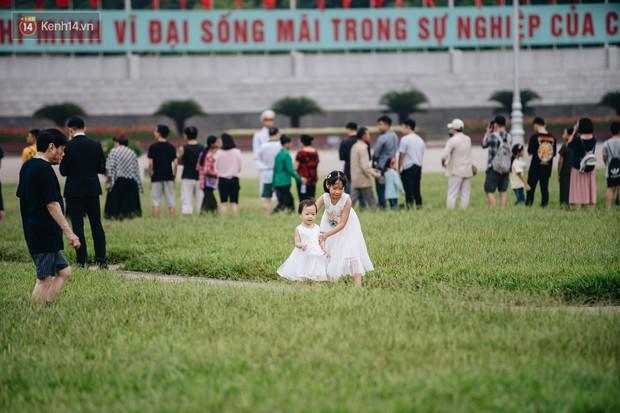 Hà Nội của sớm mai ngày Tết Độc lập: Buổi lễ chào cờ thiêng liêng trước Quảng trường Ba Đình, đường phố bình yên nhẹ nhàng - Ảnh 7.