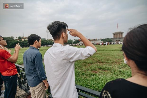 Hà Nội của sớm mai ngày Tết Độc lập: Buổi lễ chào cờ thiêng liêng trước Quảng trường Ba Đình, đường phố bình yên nhẹ nhàng - Ảnh 6.