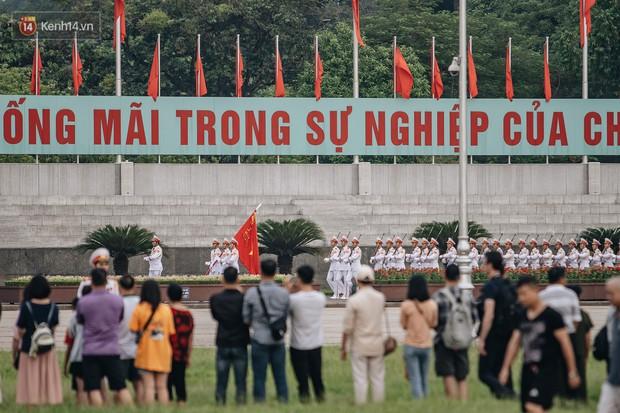 Hà Nội của sớm mai ngày Tết Độc lập: Buổi lễ chào cờ thiêng liêng trước Quảng trường Ba Đình, đường phố bình yên nhẹ nhàng - Ảnh 3.