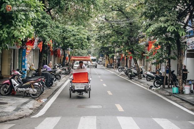 Hà Nội của sớm mai ngày Tết Độc lập: Buổi lễ chào cờ thiêng liêng trước Quảng trường Ba Đình, đường phố bình yên nhẹ nhàng - Ảnh 16.