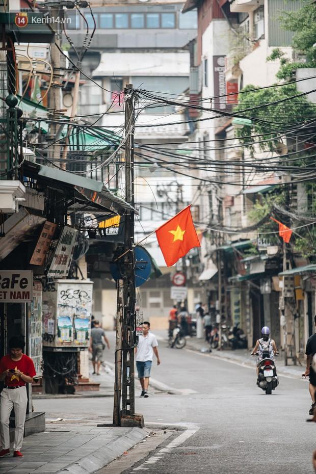 Hà Nội của sớm mai ngày Tết Độc lập: Buổi lễ chào cờ thiêng liêng trước Quảng trường Ba Đình, đường phố bình yên nhẹ nhàng - Ảnh 17.