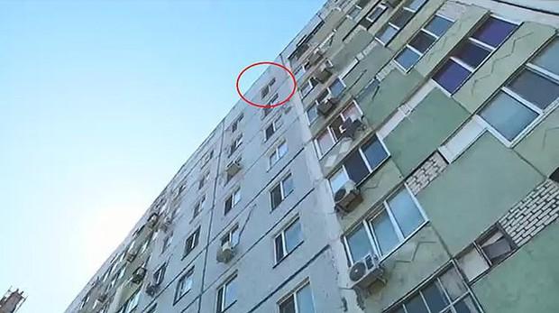Cậu bé 8 tuổi nhảy từ tầng 9 xuống đất tự tử vì bị bố mẹ đánh - Ảnh 2.