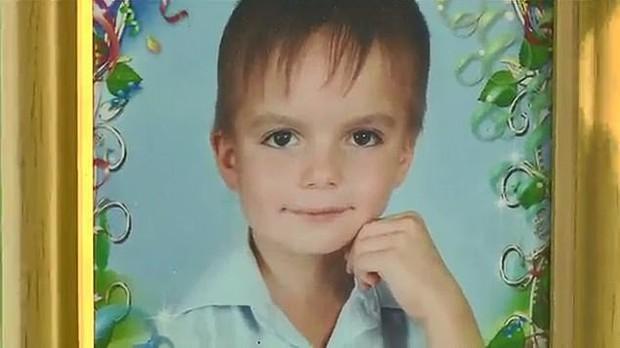 Cậu bé 8 tuổi nhảy từ tầng 9 xuống đất tự tử vì bị bố mẹ đánh - Ảnh 1.