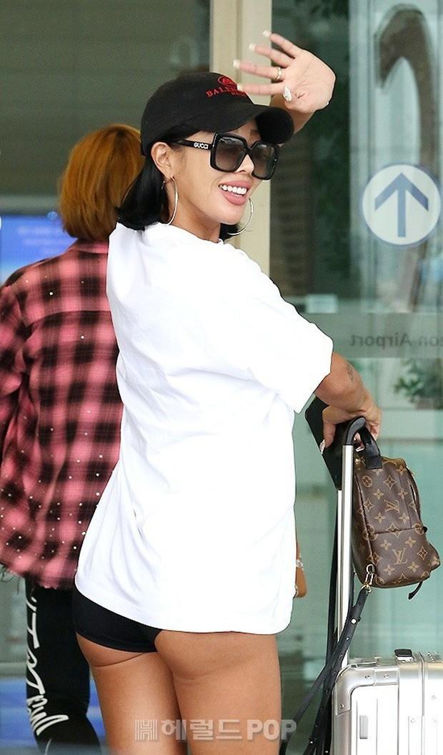 Vbiz có Ngọc Trinh, Kbiz còn sốc hơn vì màn diện quần trong lồ lộ vòng 3 nhức mắt của sao nữ Kpop tại sân bay - Ảnh 4.