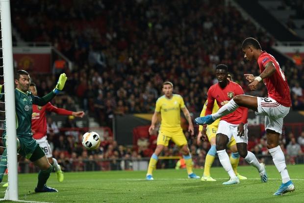 Các chân sút đột nhiên vô duyên đến lạ kỳ, MU phải nhờ tới một cú xâu kim mới đánh bại đối thủ tí hon ở trận ra quân tại Europa League - Ảnh 4.