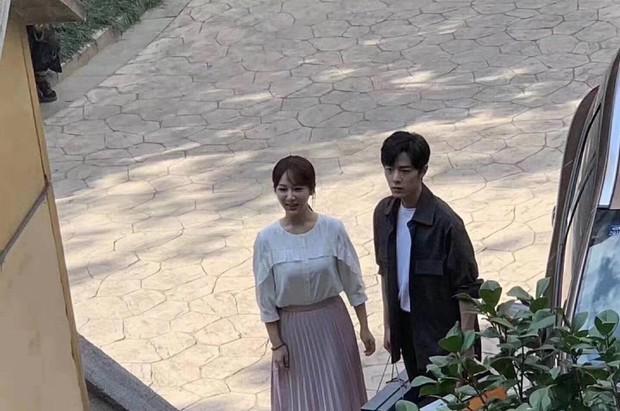 Vào vai nữ sinh viên, Dương Tử lại bị chê ăn mặc già nua như mẹ của nam chính khi sánh đôi với Tiêu Chiến - Ảnh 2.