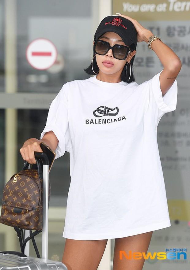 Vbiz có Ngọc Trinh, Kbiz còn sốc hơn vì màn diện quần trong lồ lộ vòng 3 nhức mắt của sao nữ Kpop tại sân bay - Ảnh 2.