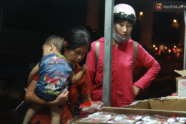 Một tuần sau Rằm tháng 8, người Hà Nội vẫn đội mưa mua bánh trung thu đại hạ giá - Ảnh 14.