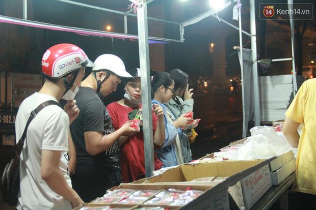 Một tuần sau Rằm tháng 8, người Hà Nội vẫn đội mưa mua bánh trung thu đại hạ giá - Ảnh 11.