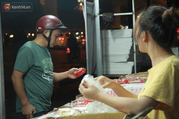 Một tuần sau Rằm tháng 8, người Hà Nội vẫn đội mưa mua bánh trung thu đại hạ giá - Ảnh 13.