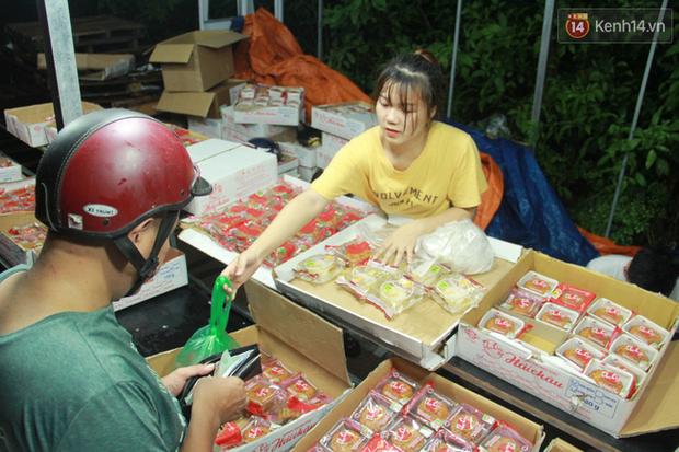 Một tuần sau Rằm tháng 8, người Hà Nội vẫn đội mưa mua bánh trung thu đại hạ giá - Ảnh 15.