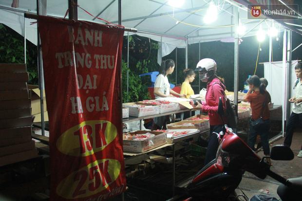 Một tuần sau Rằm tháng 8, người Hà Nội vẫn đội mưa mua bánh trung thu đại hạ giá - Ảnh 12.