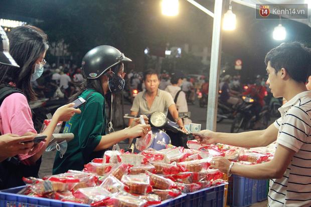 Một tuần sau Rằm tháng 8, người Hà Nội vẫn đội mưa mua bánh trung thu đại hạ giá - Ảnh 7.
