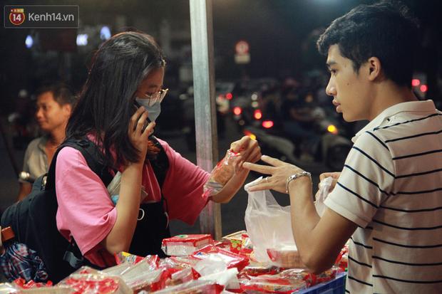 Một tuần sau Rằm tháng 8, người Hà Nội vẫn đội mưa mua bánh trung thu đại hạ giá - Ảnh 8.